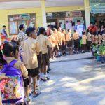 SEKOLAH RAMAH ANAK--Siswa SD Katolik Atapupu, Kecamatan Kakuluk Mesak, Kabupaten Belu, Nusa Tenggara Timur menyambut staf Save The Children di sekolah tersebut beberapa waktu lalu. Selama 2013-2016, program Better Literacy Jump for Academic Result (BELAJAR) yang dicetuskan Save The Children sebagai kampanye sekolah ramah anak berhasi menjangkau 9.400 siswa dan 400 guru di Belu. FOTO: MI/PALCE AMALO