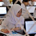 Sejumlah siswa melaksanakan Ujian Nasional Berbasis Komputer (UNBK) SMK di SMKN 4 Kota Jambi, Jambi, Senin (3/4). Dinas Pendidikan Provinsi Jambi mencatat UNBK SMK di daerah itu diikuti 13.183 siswa. ANTARA FOTO/Wahdi Septiawan/kye/17.
